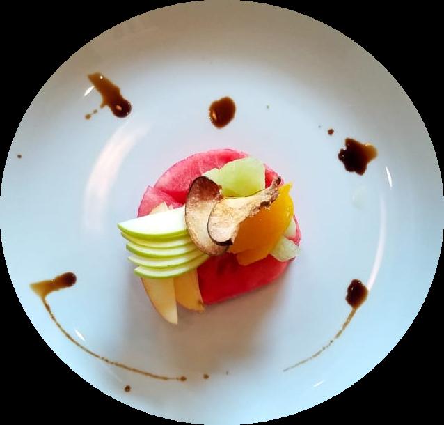 plato de ensalada de frutas es la entrada de nuestro brunch en palermo